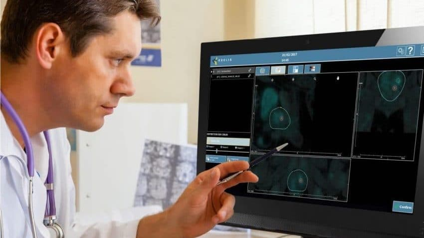 Un urologue consultant le station Koelis MRDraw