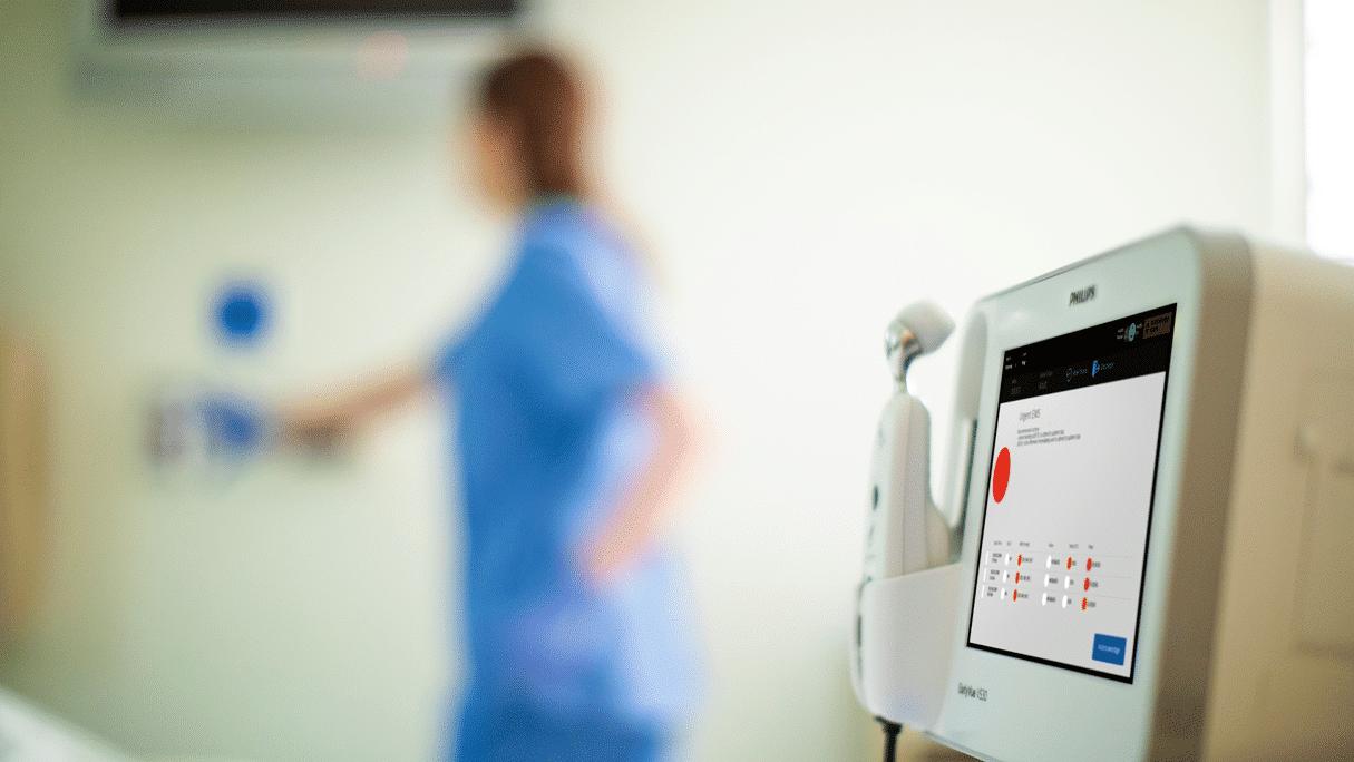 Infirmière au chevet du patient